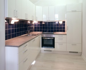 White_kitchen_with_dark_blue_tiling-300x244